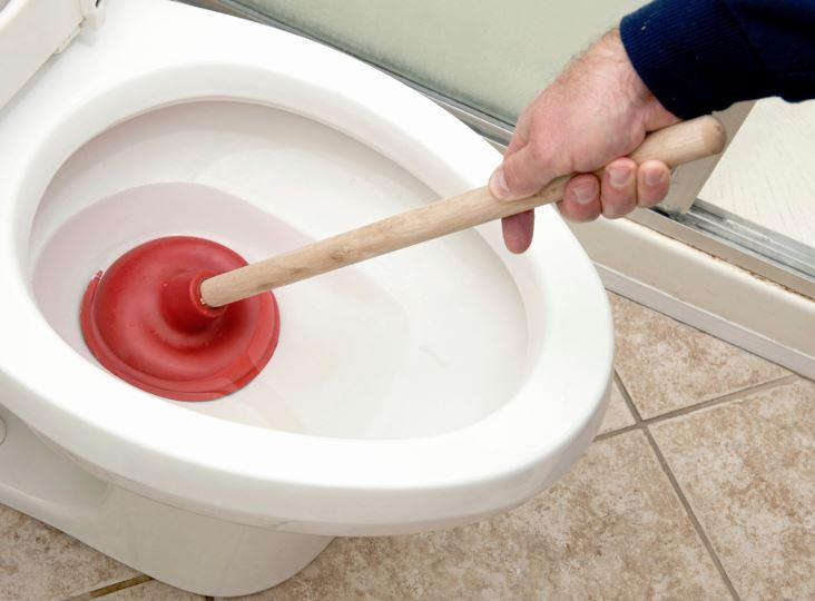 como desatascar un wc muy atascado