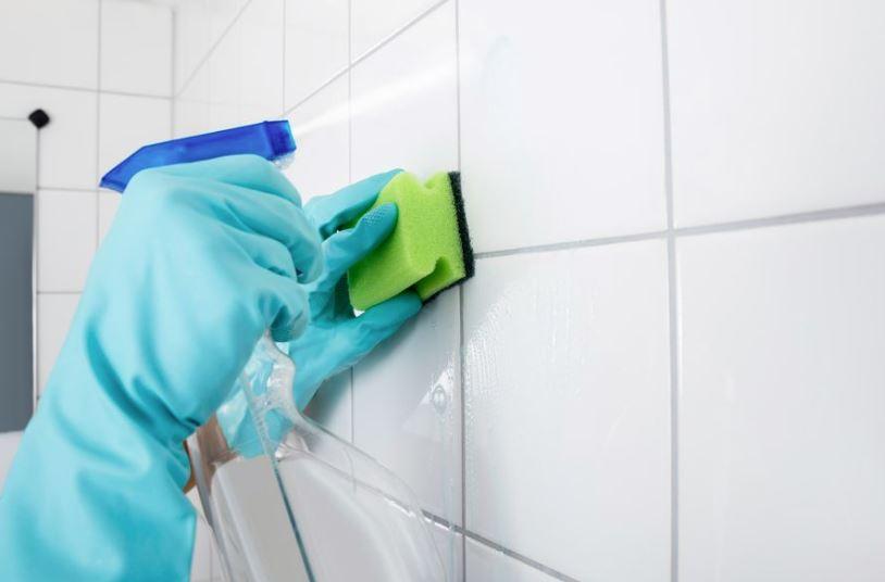como lavar los azulejos del baño con quitagrasas
