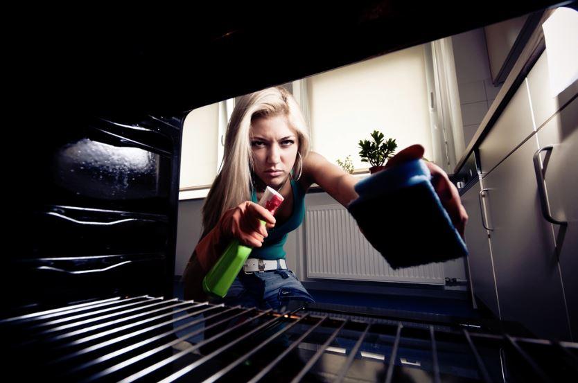 como limpiar el horno quemado por dentro