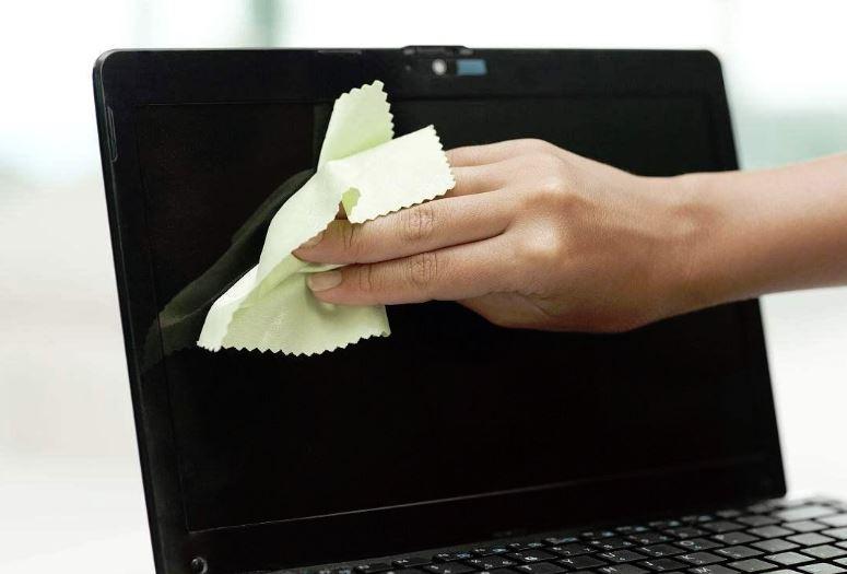como limpiar la pantalla del portatil