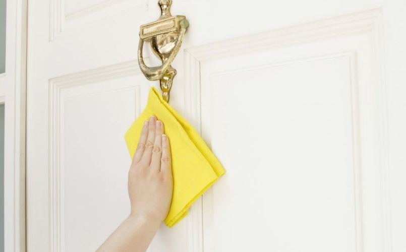 como limpiar puertas de madera