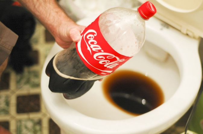 desatascar el wc con coca cola