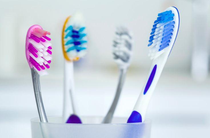 limpiar bolso de ante con cepillo de dientes