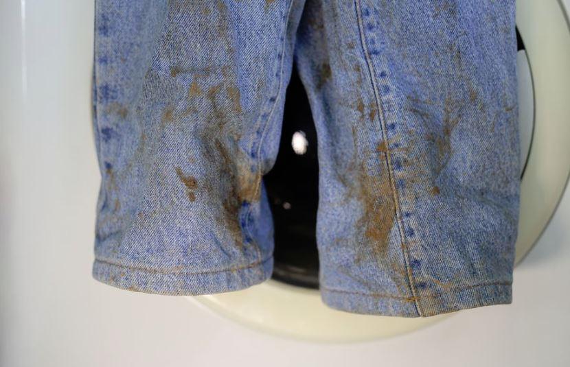 quitar cera depilatoria de los pantalones