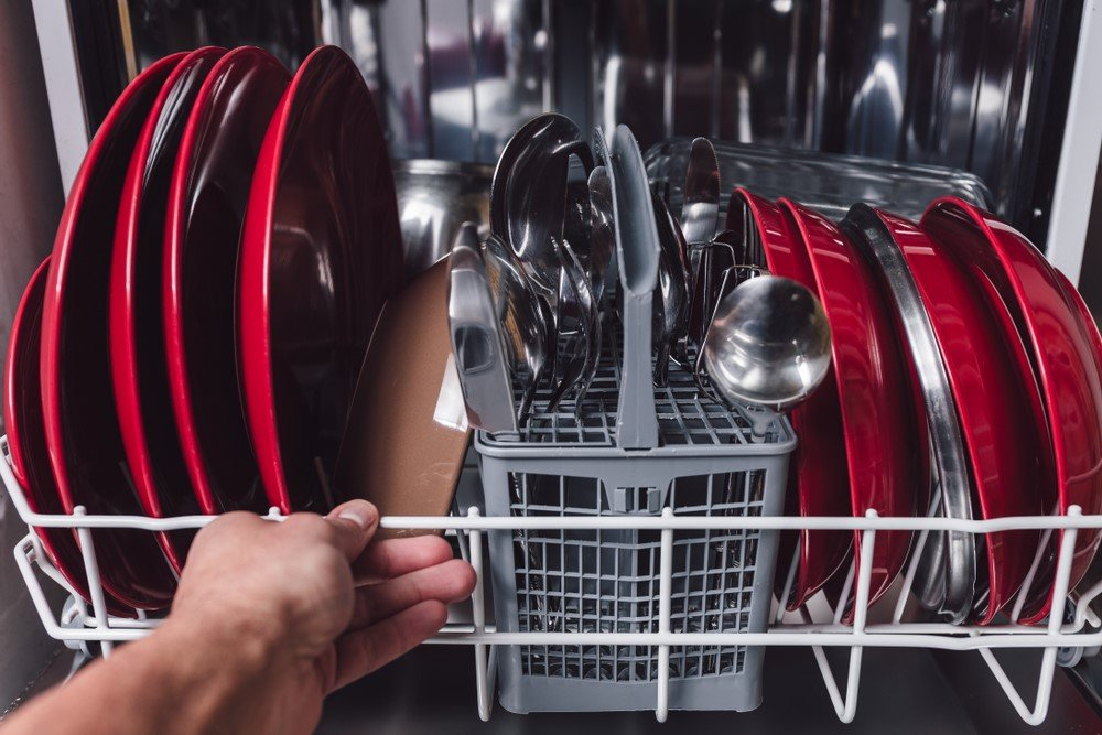 como colocar los cubiertos en la bandeja del lavavajillas