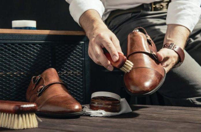 como limpiar los zapatos de cuero marron