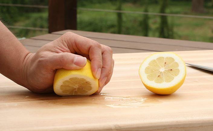 limpiar tabla cortar madera con limon