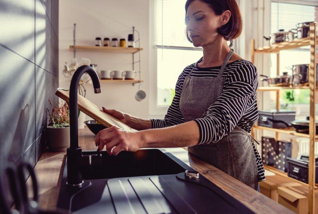 limpiar la tabla de cortar cocina