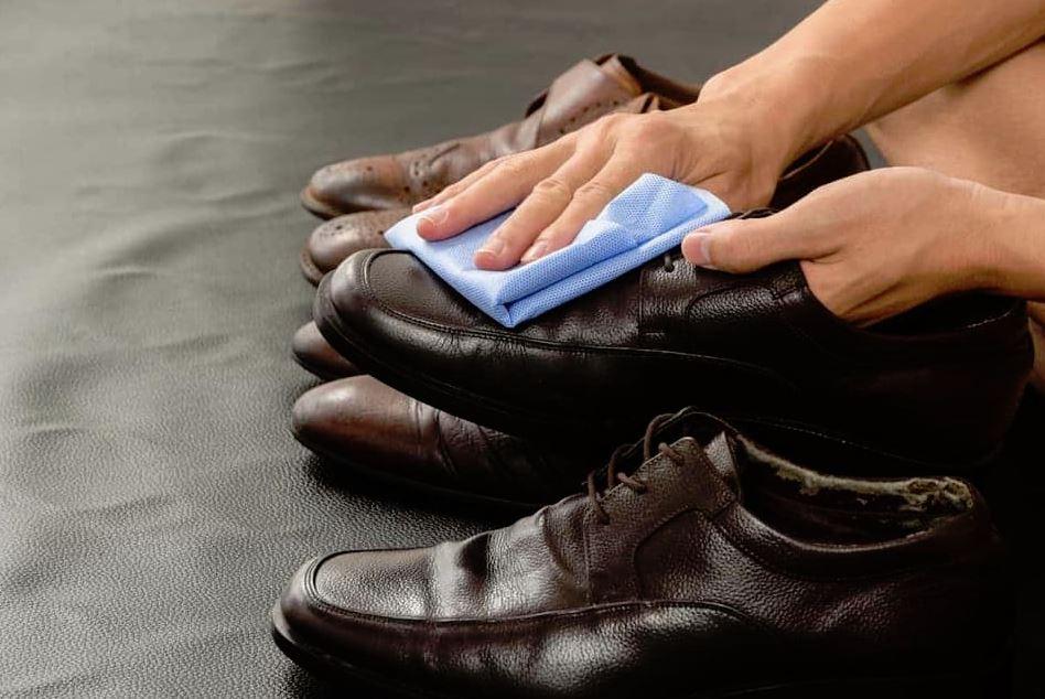 limpieza de zapatos de cuero graso