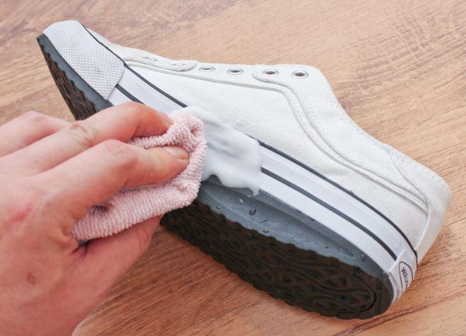 como limpiar unos tenis blancos de tela