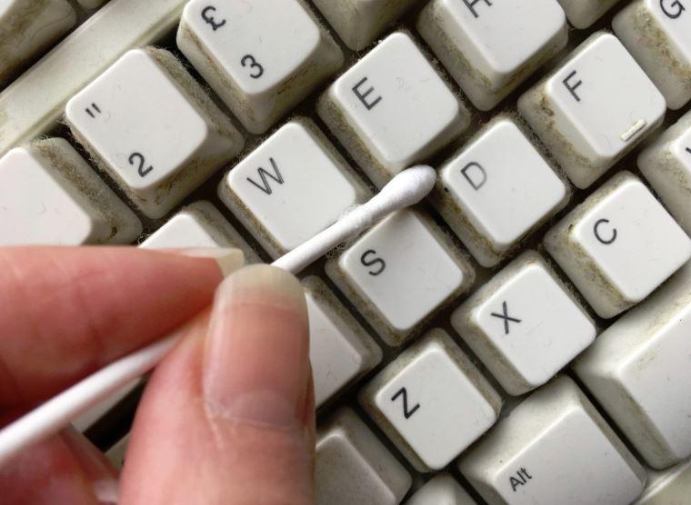 limpiar teclado con bastoncillos trucos