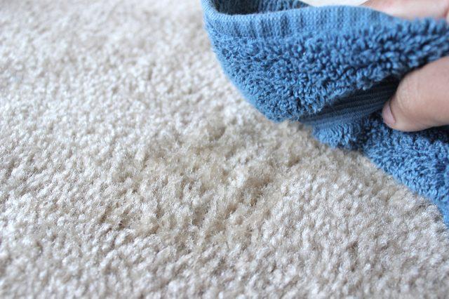 usar vinagre para limpiar una alfombra
