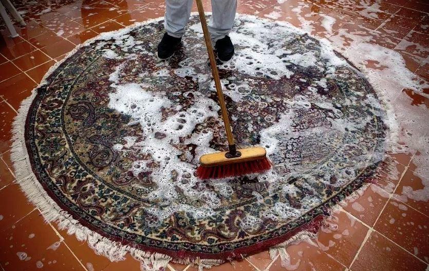 como limpiar una alfombra de lana a mano