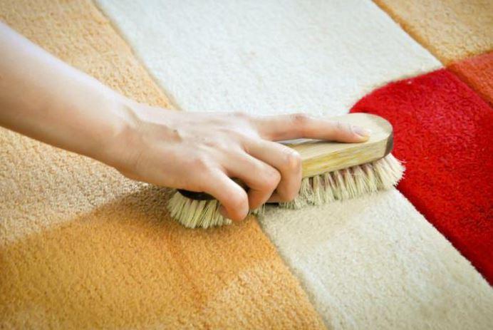 limpiar alfombra de lana a mano con cepillo