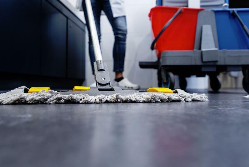 como limpiar el piso del baño dela casa