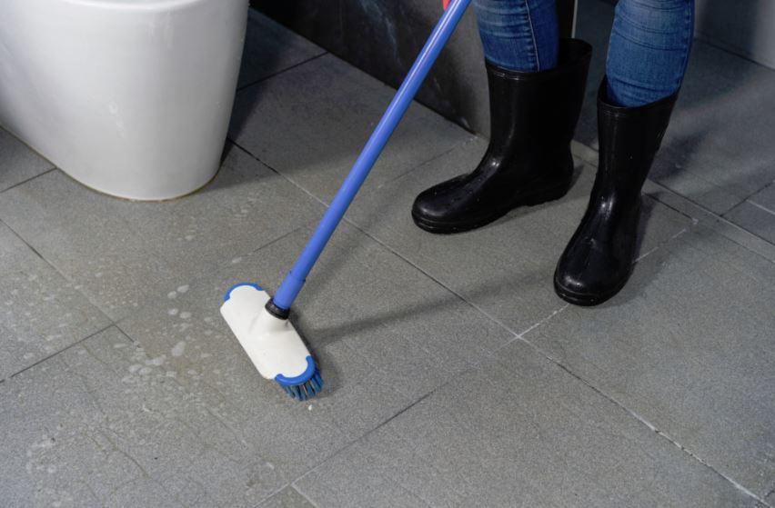 como limpiar el piso percudido del baño