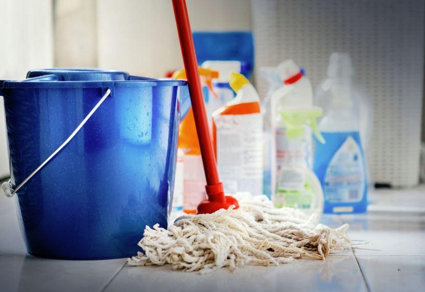 como limpiar el suelo del baño fregar