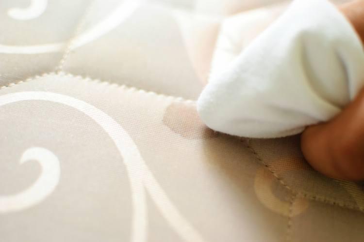 como quitar manchas del colchon de la cama
