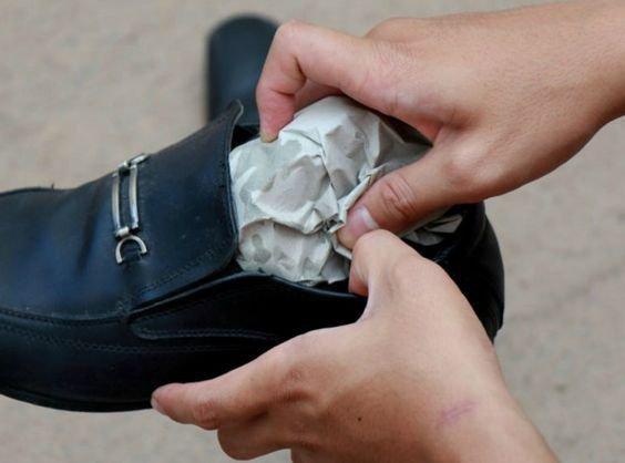 agrandar zapatos una talla con papel periodico
