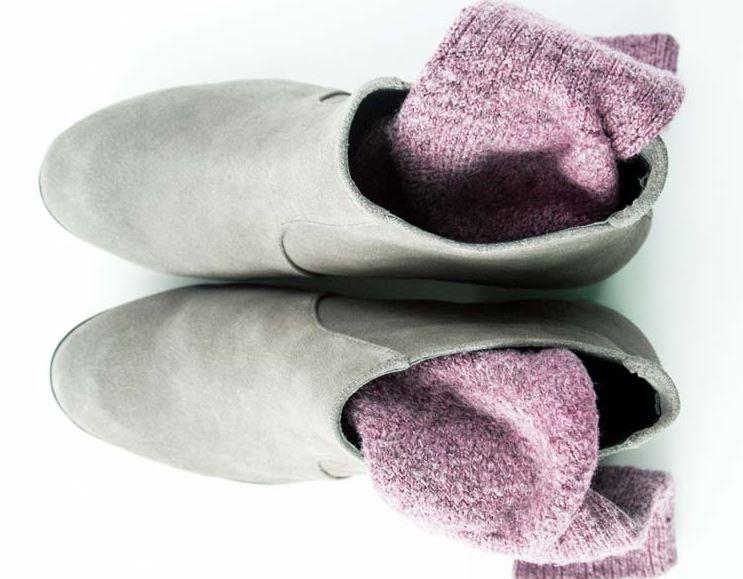 estirar zapatos de piel con calcetines
