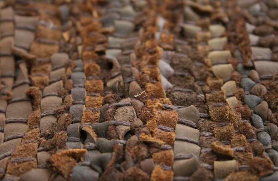 como limpiar alfombra de tiras de cuero