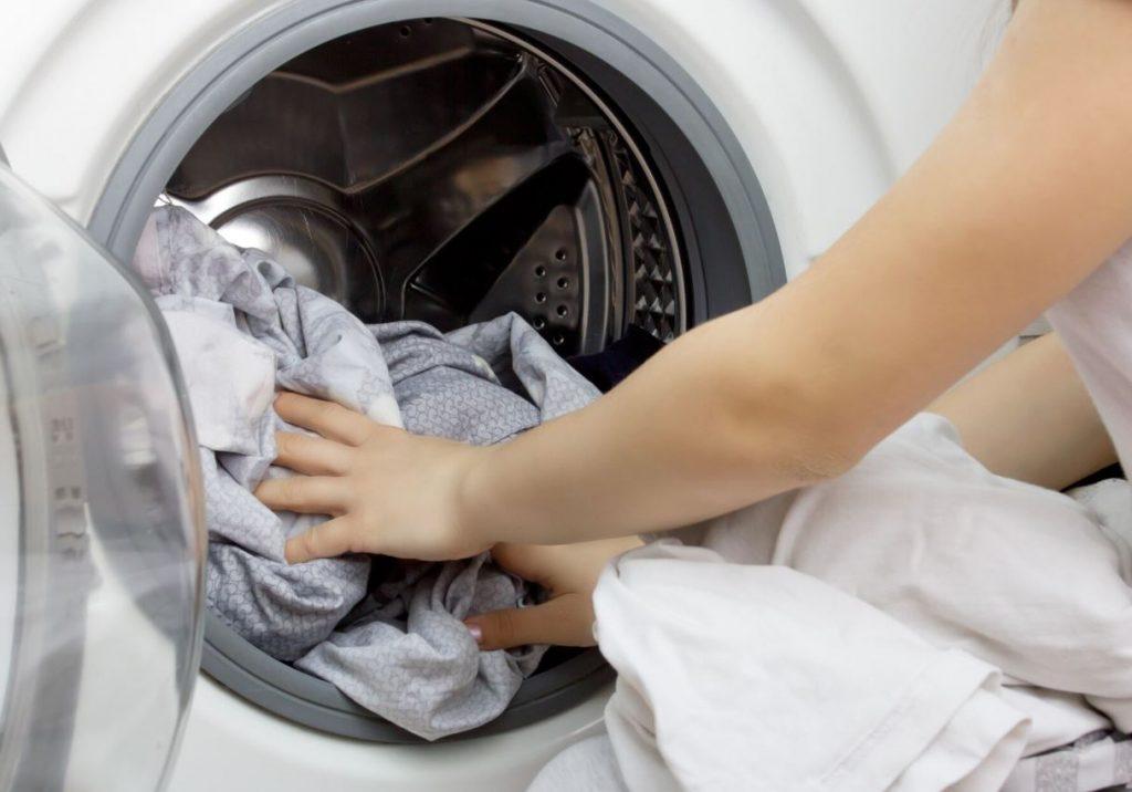 dejar la ropa mojada en la lavadora