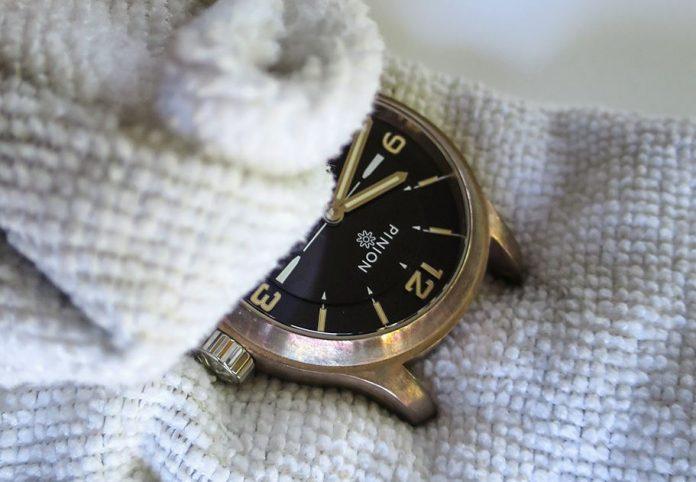 como limpiar un reloj de bronce