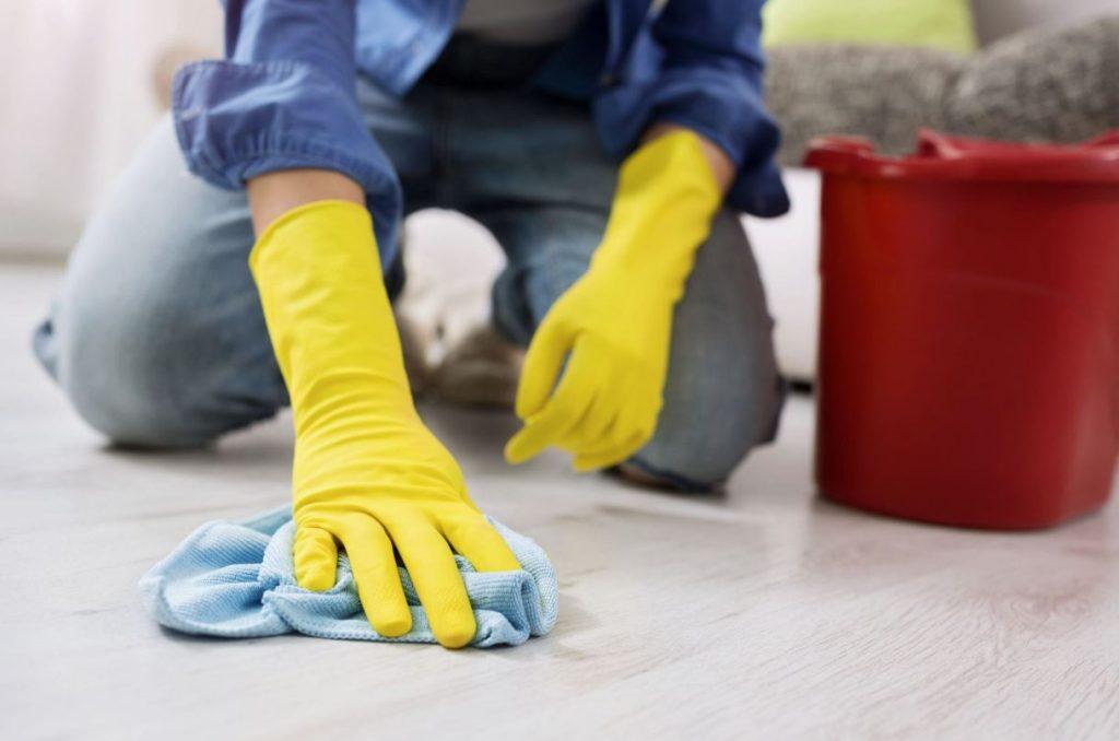 como sacar manchas de oxido del piso