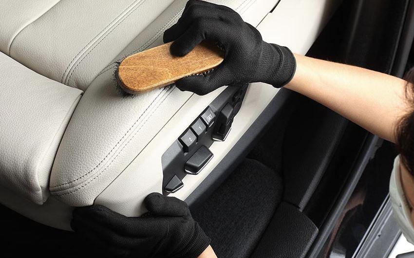 limpiar asiento del coche con cepillo