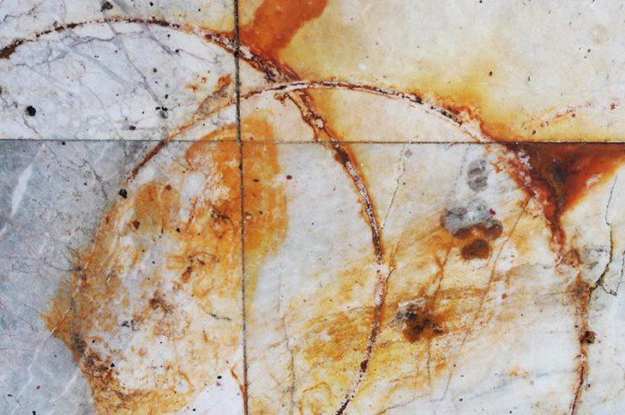 manchas de óxido del suelo