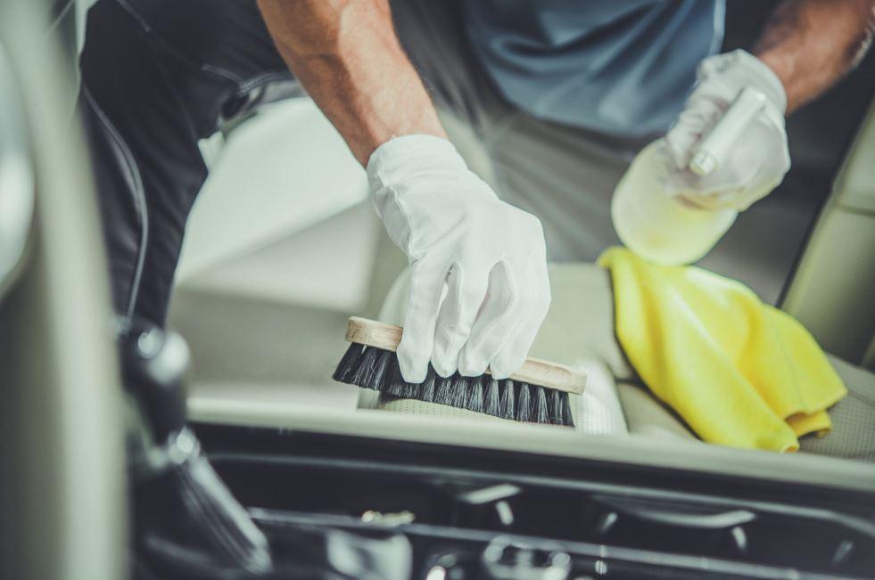 trucos para limpiar los asientos de tela del coche