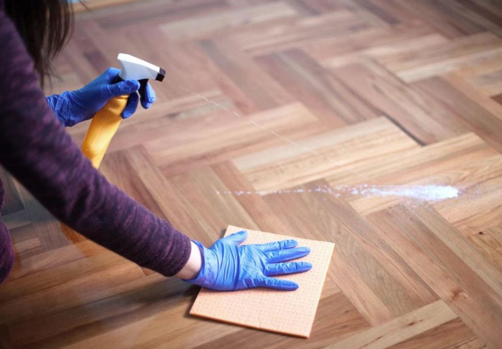 como limpiar pisos de parquet sin plastificar