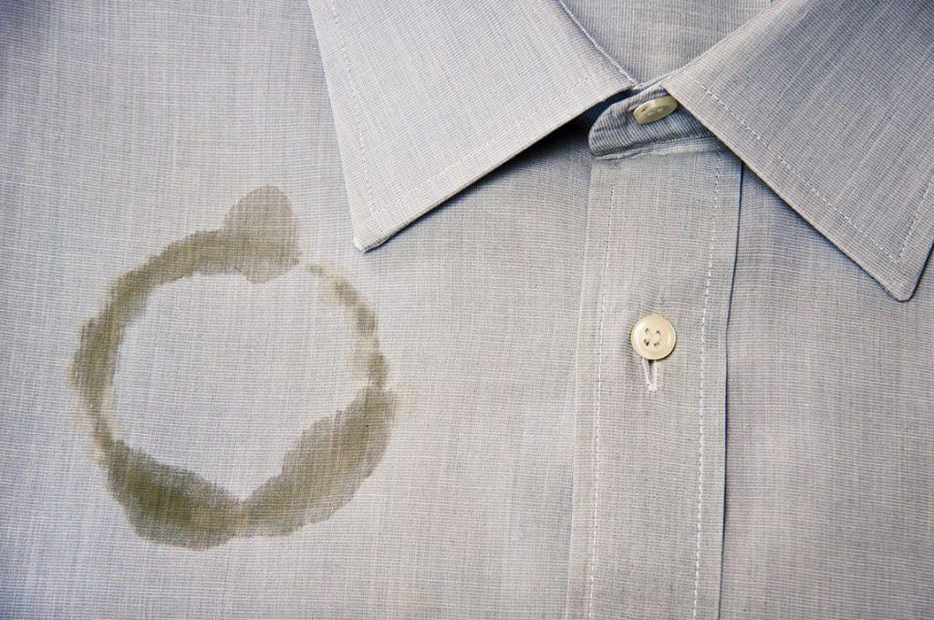 como quitar una mancha de cafe en una camisa