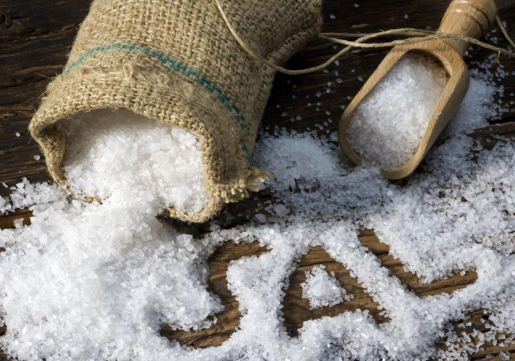 eliminar manchas de cafe con sal