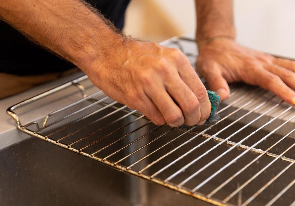 limpiar rejilla de horno con estropajo