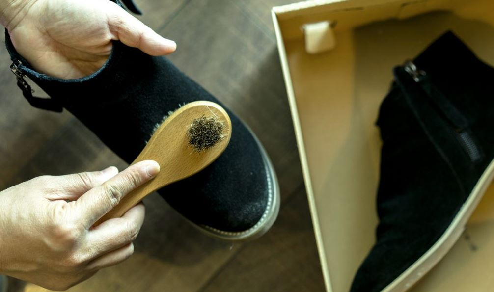 cepillo limpiar zapatos de gamuza