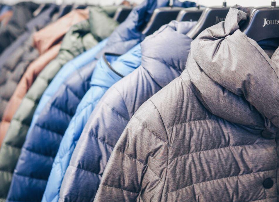 como guardar un abrigo de plumas
