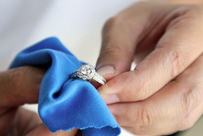 como limpiar anillos de plata en casa