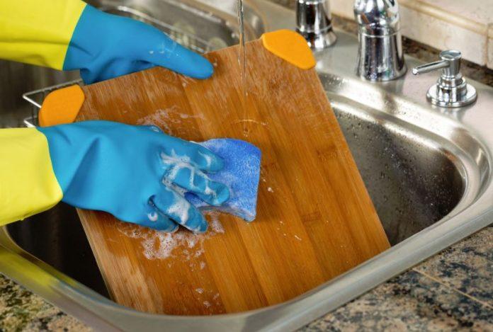 como limpiar la tabla de cortar alimentos