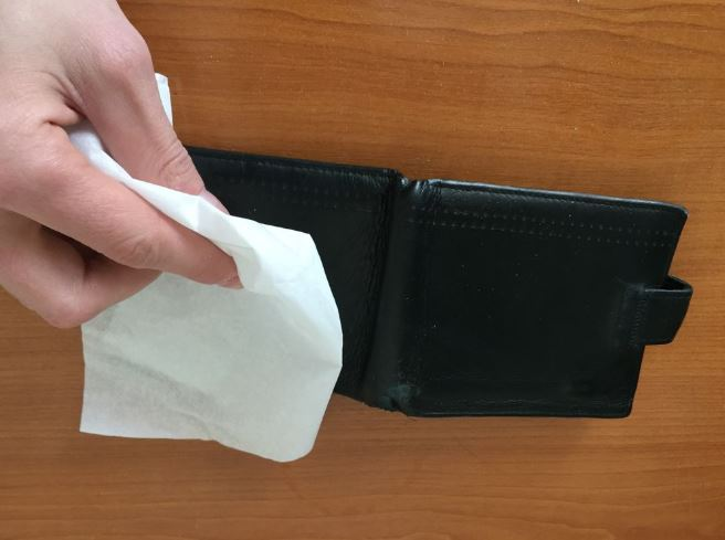 como limpiar una cartera de piel negra