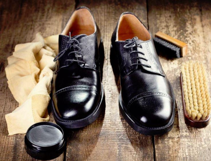 como limpiar unos zapatos de charol negro