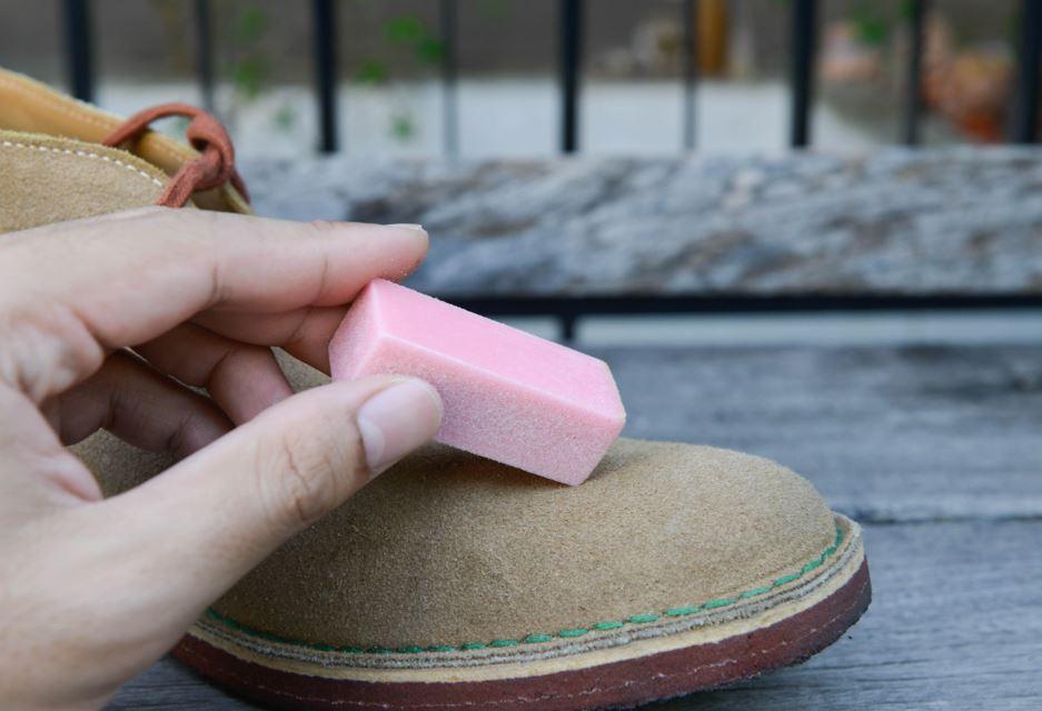 limpiar zapatos de gamuza con goma de borrar
