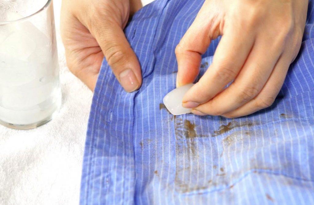 quitar manchas chocolate secas ropa con hielo