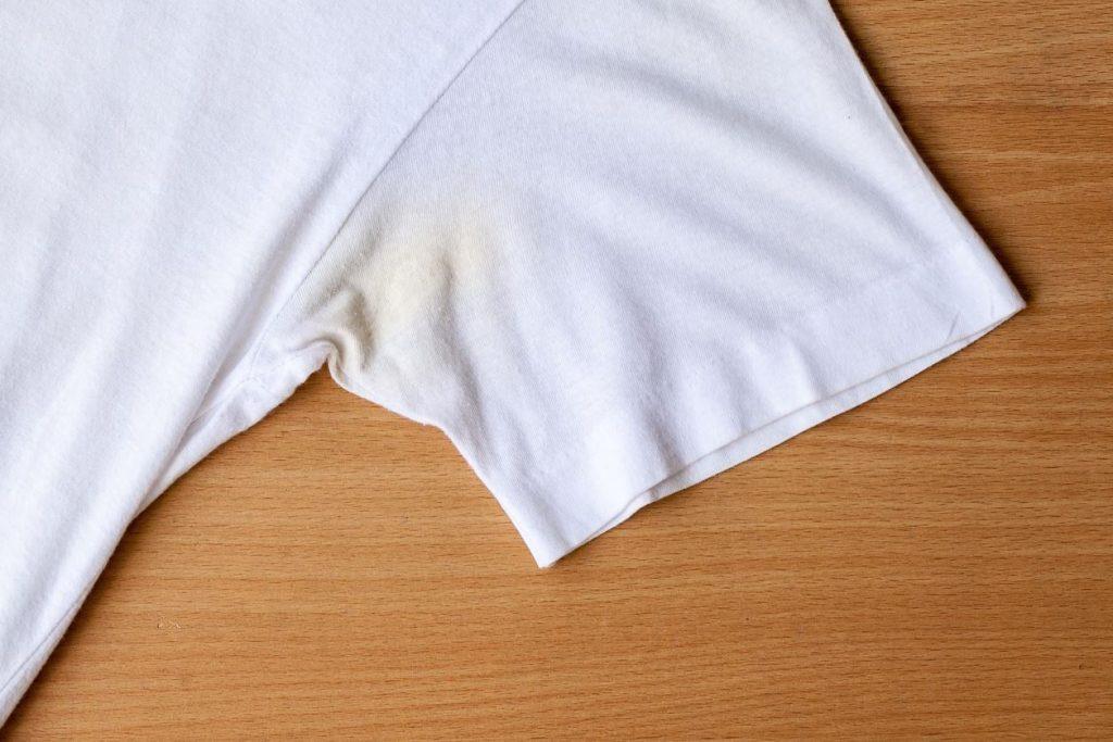 como quitar manchas amarillas en la ropa blanca