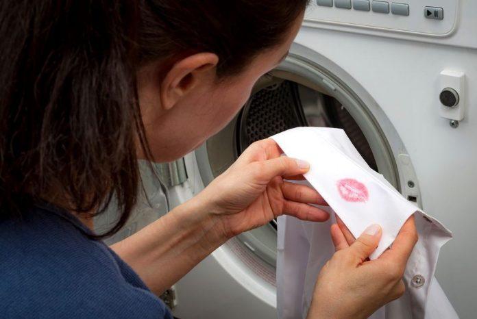 como quitar manchas de pintalabios en ropa blanca
