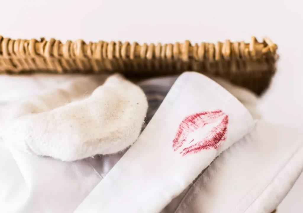 como quitar pintura de labios de la ropa blanca