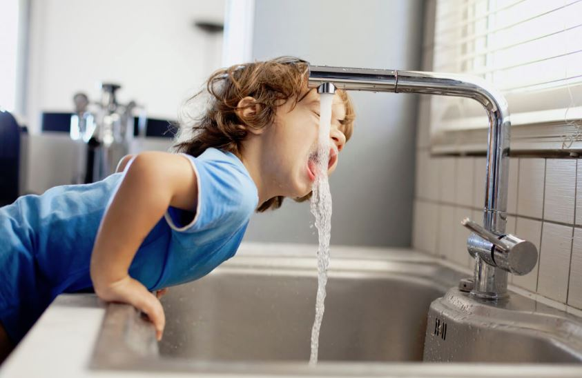 beber agua del grifo en niños