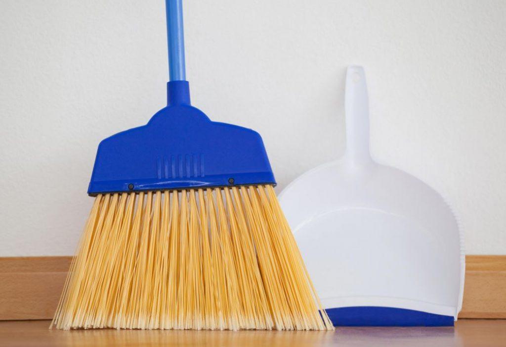 limpiar pisos vinilicos con escoba y recogedor