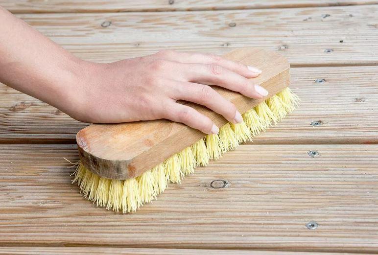 limpiar suelo madera de un patio