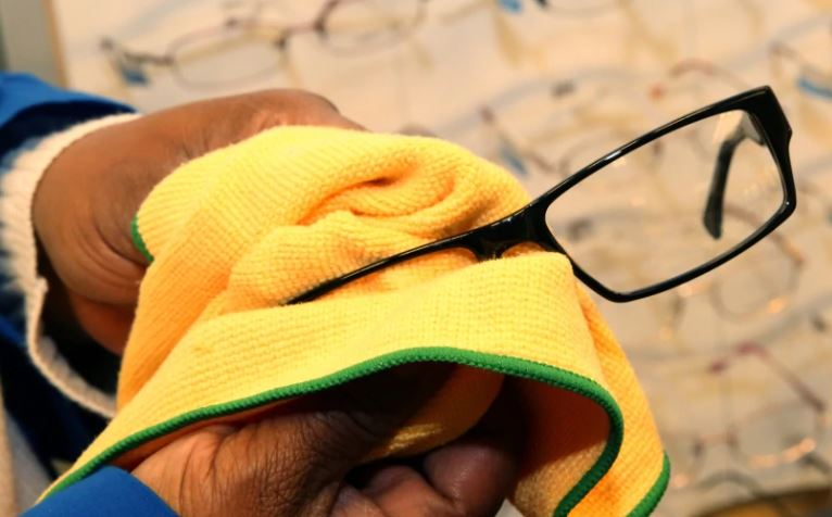 cómo quitar lo blanco de las patillas de las gafas